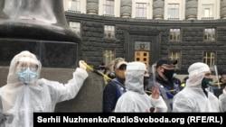 Акція протесту підприємців: її учасники символічно «закрили Кабмін на карантин». Київ, 6 травня 2020 року
