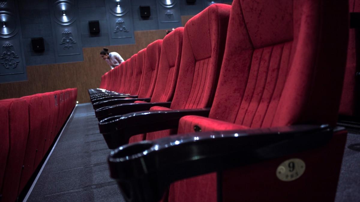 Правительство вновь открывает кино и театры. Но как это будет работать?