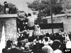 Іранскія студэнты пералазяць агароджу пасольства ЗША ў Тэгеране, 4 лістапада 1979 году