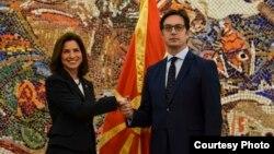 Амбасадорката на САД, Кејт Мери Брнз, и претседателот на Северна Македонија, Стево Пендаровски.