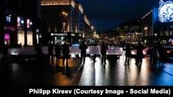 """Протестующие перекрыли улицу Тверскую в Москве. На баннере надпись """"Верните нам социальное жилье"""""""