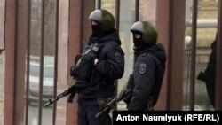 Вооруженная охрана у здания суда. Донецк, Россия, 21 марта 2016 года.