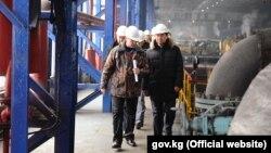 Премьер-министр Мухаммедкалый Абылгазиев на ТЭЦ Бишкека. 26 декабря 2018 года.