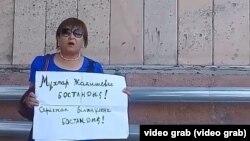 Жительница Шымкента Гульнар Момынова выступает с призывом освободить политзаключенных. 27 июля 2019 года.