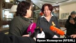 Лидер движения «НеМолчи.Kz» Дина Смаилова (справа) передает обращение активистов депутату мажилиса парламента Казахстана Ирине Смирновой. Астана, 27 ноября 2018 года.