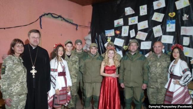 """Отець Димитрій Присяжний з митцями """"Народної філармонії"""" та українськими бійцями"""