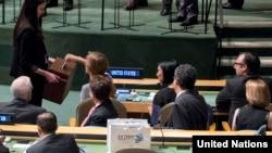 سامانتا پاور، نماینده آمریکا در سازمان ملل (در حال اعلام رأی خود) در شورای امنیت سازمان ملل متحد
