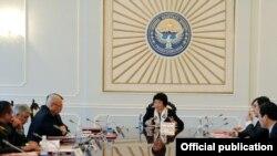 Президент Роза Отунбаева жаңыдан түзүлгөн Коргоо кеңешинин алгачкы жыйынын өткөрүүдө, 22-январь, 2011.