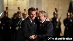 Ֆրանսիայի նախագահ Էմանյուել Մակրոնն ընդունում է Հայաստանի վարչապետ Նիկոլ Փաշինյանին, Փարիզ, նոյեմբեր, 2019թ․