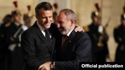 Emmanuel Macron (solda) və Nikol Paşinyan Yelisey sarayında (Arxiv fotosu)