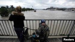 Женщина с ребенком смотрят на реки в Баратиславе.