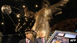 АКШның NASA галәм идарәсе Русия галәм идарәсе Роскосмоска Гагарин рәсемен бүләк итте