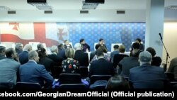 Настоящий хозяин «Мечты» по-прежнему воздерживается от публичных выступлений, наблюдая за противостоянием внутри своего политического детища со стороны