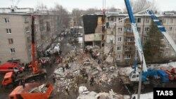 Ярославль қаласындағы газ жарылған үйде жұмыс істеп жатқан құтқарушылар. Ресей, 16 ақпан 2016 жылү