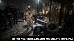 У посольства России в Киеве в ночь на понедельник