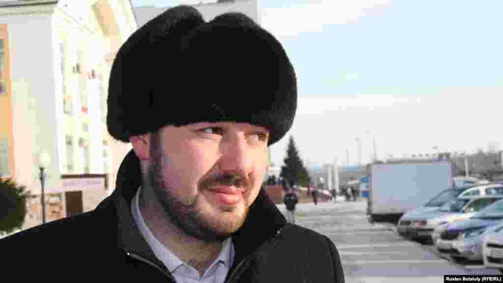 """Директор по транспорту компании """"Астана LRT"""" Рустам Халилиев говорит, что целью введения платной паркови является увеличение мест на стоянке за счет сокращения тех автомобилей, которые обычно стоят там длительное время."""