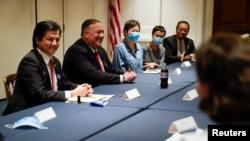Majk Pompeo, prilikom susreta sa kineskim disidentima u biblioteci Ričarda Niksona, 23. jula 2020.