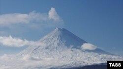 Когда шестеро отдыхающих остановились в распадке под склоном сопки, немного выше двое мужчин проехали на снегоходах над снежным карнизом и «сорвали» лавину