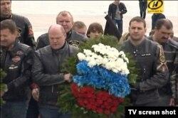 Віктар Лукашэнка (крайні справа) з расейскімі «ваўкамі»