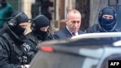 Рамуш Харадінай залишає в'язницю у французькому Кольмарі, оточений поліцією, 12 січня 2017 року