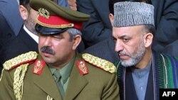 Аввалига Ҳамид Карзайни қўллаб-қувватлаган генерал Абдурашид Дўстум (чапда) бугунга келиб ҳукуматнинг асосий мухолифига айланган.