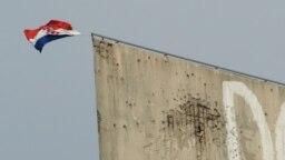 Zastava Hrvatske na devastiranom objektu Privredne banke Sarajevo u Mostaru, arhiv
