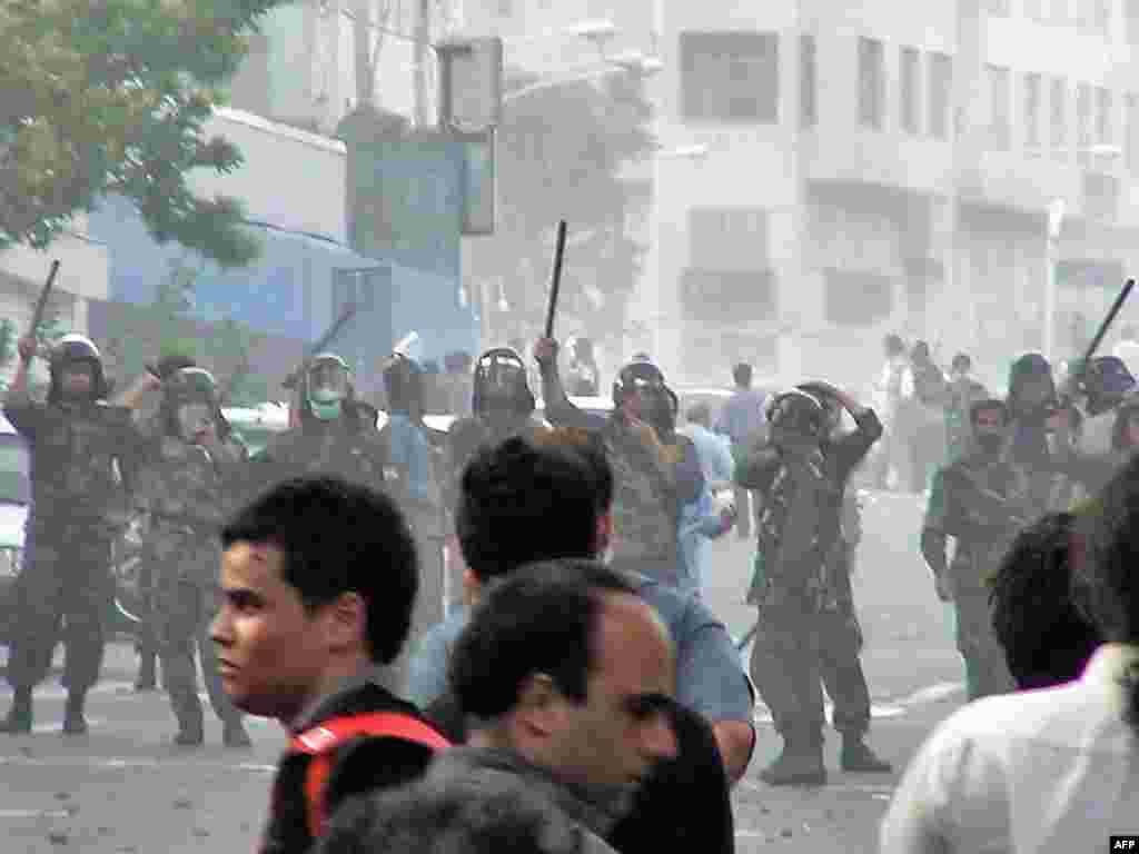В столице Ирана сохраняется напряженная обстановка. В воскресенье продолжались отдельные выступления оппозиции.