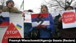 Під час акції протесту у столиці Польщі проти збройної агресії Росії в Криму. Варшава, 2 березня 2014 року