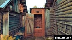 Туалет на улице во дворе деревенского дома