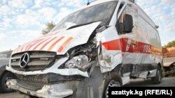 Бишкекте мас милиция кызматкери машинеси менен сүзүп керектен чыгарган, баасы 120 миң евро турган Тез жардам унаасы.