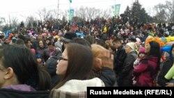 Наурыз мейрамына келген жұрт. Алматы, 22 наурыз 2013.