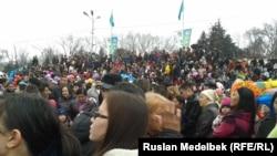 Наурыз мейрамында концертке жиналған жұрт. Алматы, 22 наруыз 2013 жыл. (Көрнекі сурет.)