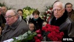 Виктор Черномырдин на прощании с Егором Гайдаром.