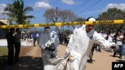 نیروهای امدادی مشغول خارج کردن جسد کشته شدگان از زندان هستند