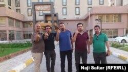 صحفيون يرفعون اصابع لا بنفسجية بعد منعهم من الانتخاب