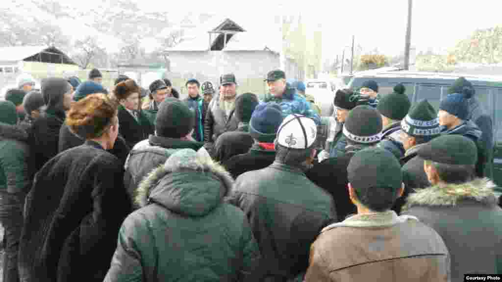 Губернатор Баткенской области Жениш Раззаков встречается с местными жителями.