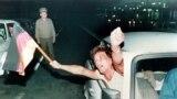 Немец из Восточной Германии размахивает флагом Федеративной Республики Германия, выезжая из Венгрии в Австрию рано утром 11 сентября 1989 года – в первый день, когда были сняты ограничения на поездки на Запад.В этот день венгерские власти символически открыли ворота в приграничном городе Шопрон, и пограничники не стали мешать восточным немцам перейти в соседнюю Австрию, откуда многие из них направились на территорию ФРГ.