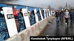 Барахолкадағы өрт болып жатқан «Құлагер» базарын қоршап тұрған полиция жасағы. Алматы, 17 қараша 2013 жыл. (Көрнекі сурет)