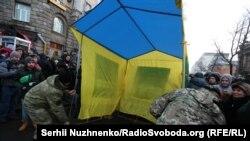 Учасники акції на підтримку торговельної блокади розміщують палатку біля Адміністрації президента, Київ, 19 лютого 2017 року