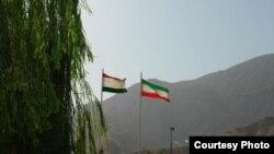 Государственные флаги Таджикистана и Ирана.