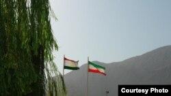 Флаги Таджикистана и Ирана