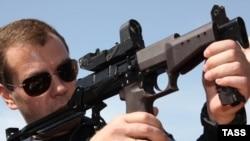 Президент России Дмитрий Медведев держит в руках винтовку в центре спецназа ФСБ. Махачкала, 9 июня 2009 года.