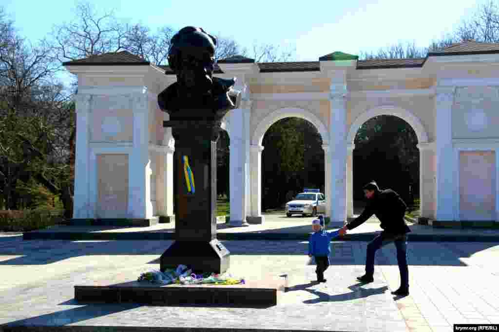 Отметить День независимости Украины и снова провести акцию в августе 2016 не удалось. В связи с этим жители Симферополя по одному подходили к памятнику Шевченко, чтобы возложить цветы. За людьми наблюдали правоохранители