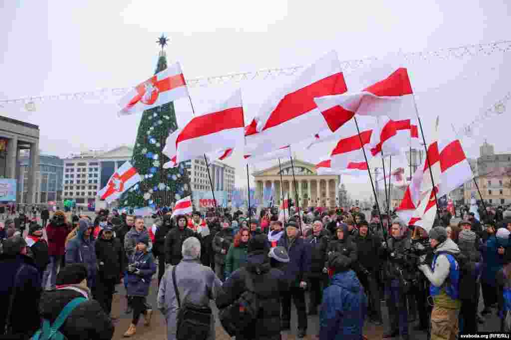 Митинг начался в 14.00 и проходил у Дворца Республики, на центральной площади Минска