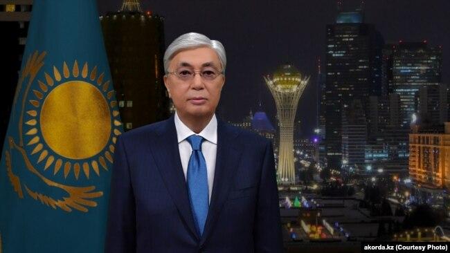 Президент Қасым-Жомарт Тоқаев Қазақстан халқын Жаңа жыл мерекесімен құттықтап тұр.