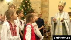 Діти біля чоловіка в образі святого Миколая. Київ, 16 грудня 2016 року