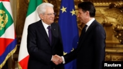 Президент Італії Серджо Маттарелла (ліворуч) та прем'єр-міністр Джузеппе Конте (праворуч). Рим, 1 червня 2018 року