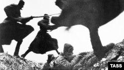 Вторая мировая война: атака. Фото Дмитрия Бальтерманца
