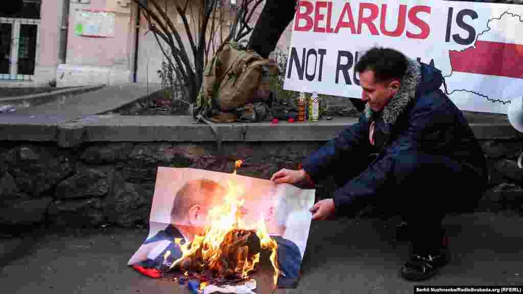 Під посольством учасники акції спалили російський прапор та спільне фото Путіна і Лукашенка.