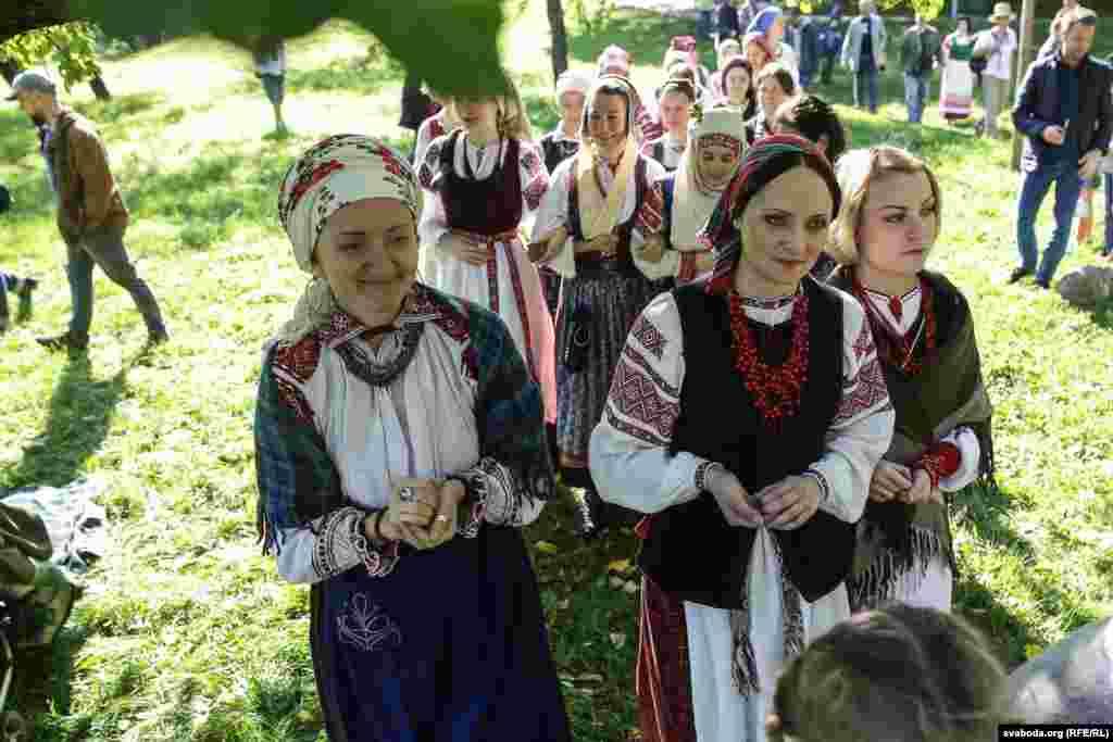Участники шествия были одеты в белорусские национальные костюмы.